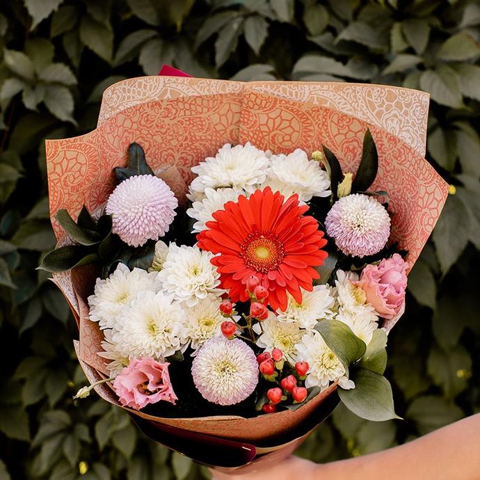 букет с красной герберой и белой хризантемой