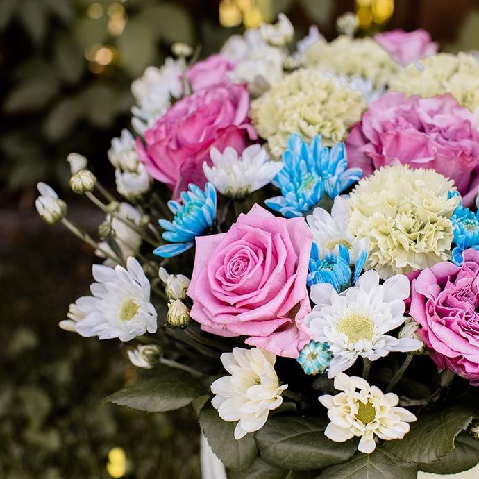 фото композиции из роз и гвоздик в коробке