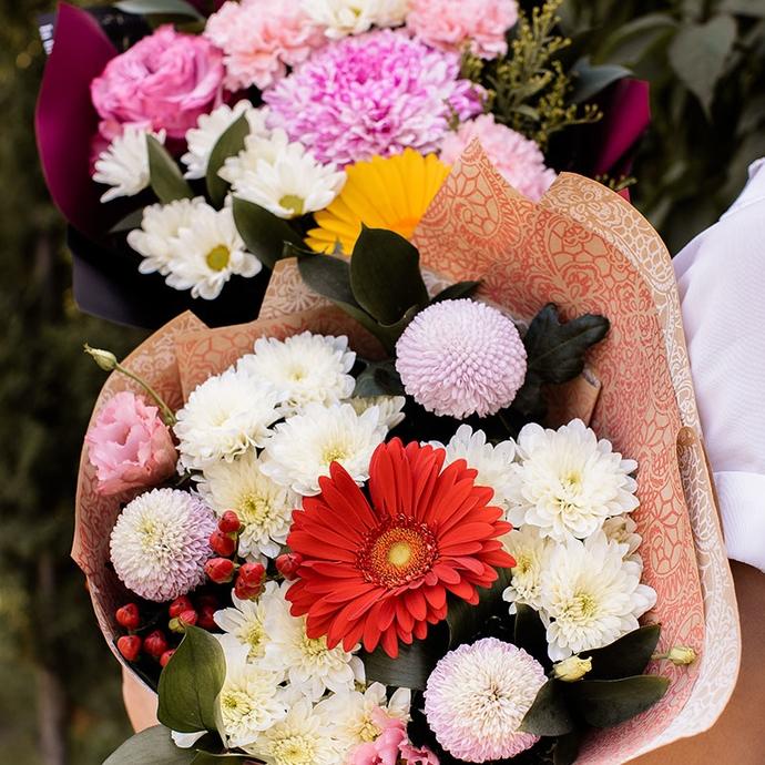 Букет из белых хризантем с красной герберой