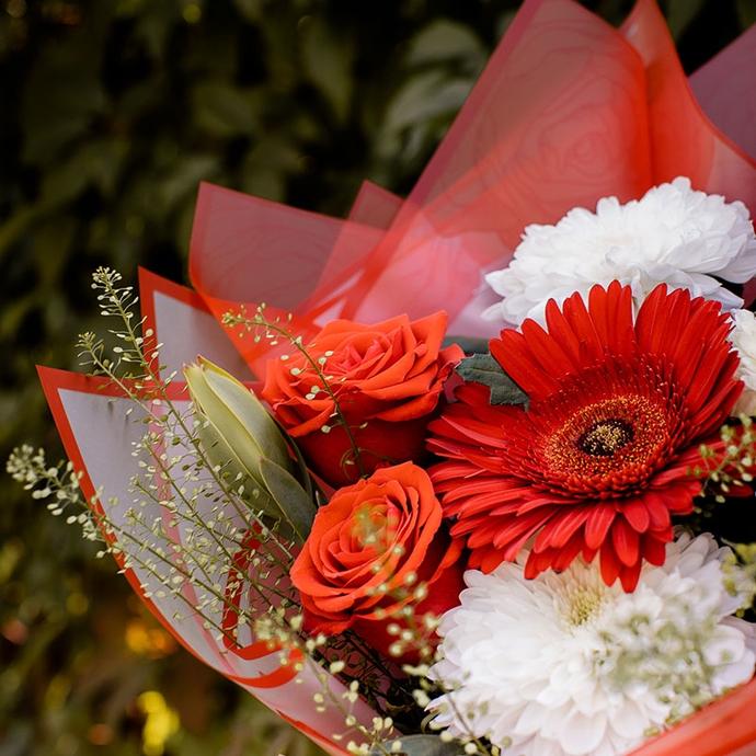 красные герберы розы и белые хризантемы