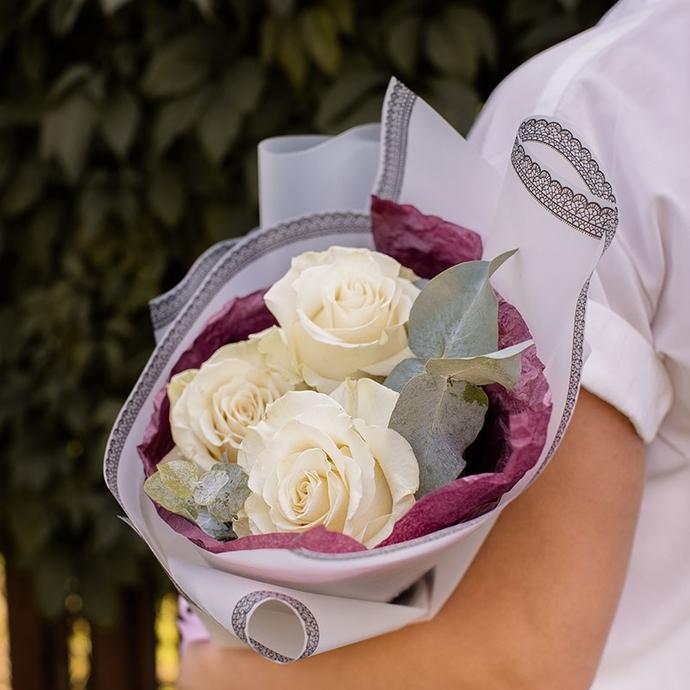 Букет из трех белых роз