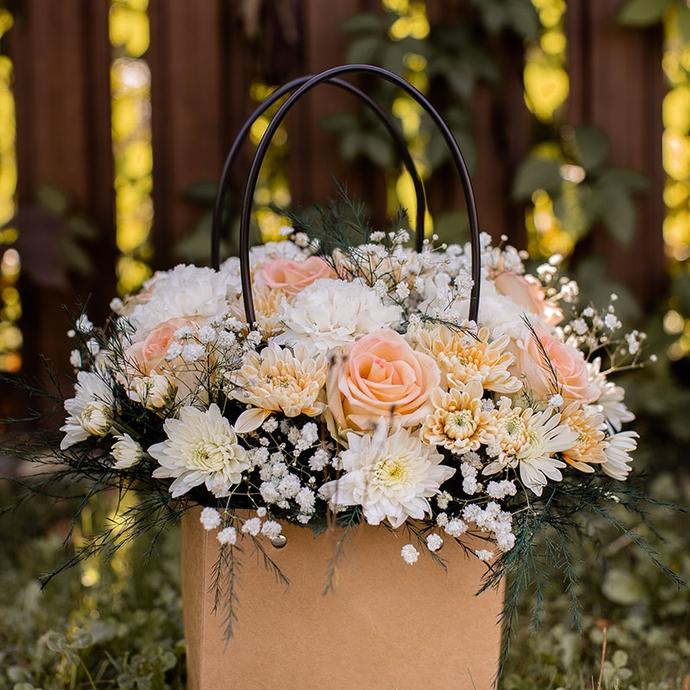 Фото компзиции из роз и хризантем в крафтовой сумочке