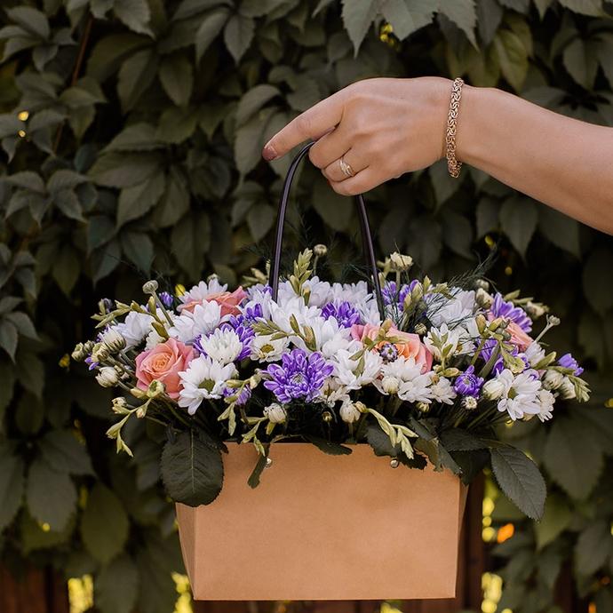 Фото букета роз и хризантем в крафт сумочке